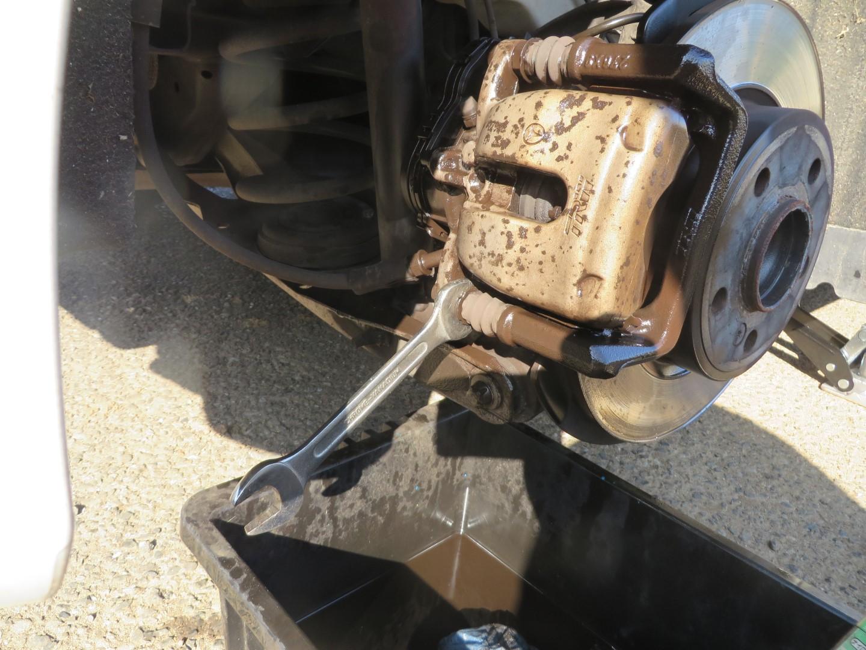 ブレーキキャリパーを耐熱塗料で塗装する
